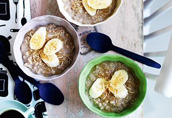 Porridge aus Rollgerste, Quinoa und Bananen Foto: © William Meppem