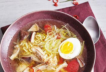 Hühner-Hot-Pot mit Eiernudeln und Gemüse Foto: © Monika Schürle