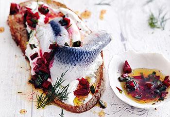 Geröstetes Brot mit Russen und Rote-Rüben-Vinaigrette Foto: © Thorsten Suedfels