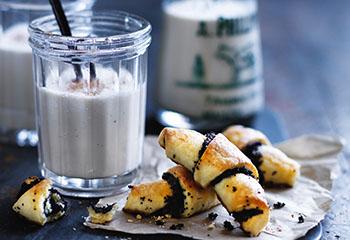 Mohnkipferln mit warmer Vanillemilch Foto: © Ben Dearnley