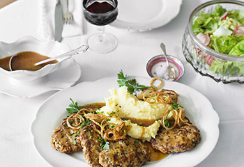 Butterschnitzel mit Püree, Röstzwiebeln & Salat Foto: © Wolfgang Schardt