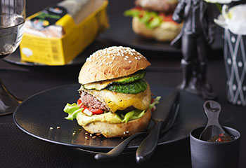 Cheeseburger mit Mayonnaise und Tomaten-Relish Foto: © Monika Schürle