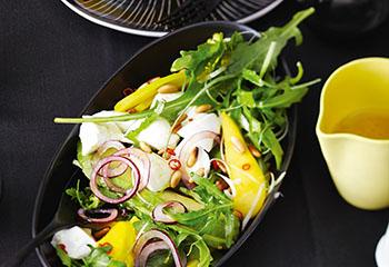 Büffelmozzarella-Salat mit Avocado, Mango und Rucola Foto: © Monika Schürle