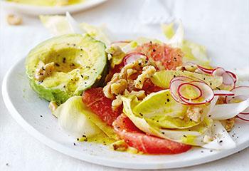 Grapefruit-Chicorée-Radieschensalat mit Avocado und Nussvinaigrette Foto: © Thorsten Suedfels