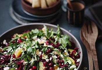 Rotkraut-Cranberry-Salat mit Feta, Orangen, Avocado und Nüssen Foto: © Janne Peters