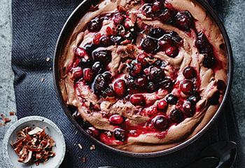Schoko-Topfen-Mousse mit Cranberrykompott Foto: © Janne Peters