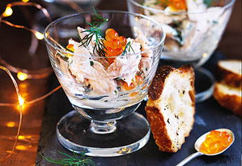 Forellensalat mit Lachskaviar mit geröstetem Brot Foto: © Ben Dearnley