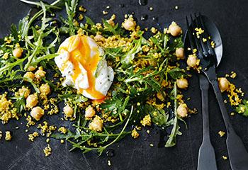 Rucola-Couscous-Salat mit Kichererbsen und Ei Foto: © Thorsten Suedfels