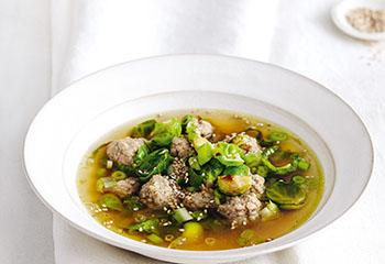 Fleischbällchen-Suppe mit Kohlsprossen Foto: © Thorsten Suedfels