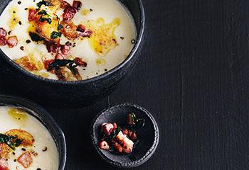 Erdäpfel-Sauerkraut-Suppe mit geröstetem Speck Foto: © Thorsten Suedfels