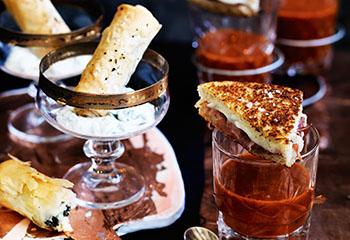 Spinat-Feta-Röllchen mit Gurken-Dip Foto: © Ben Dearnley