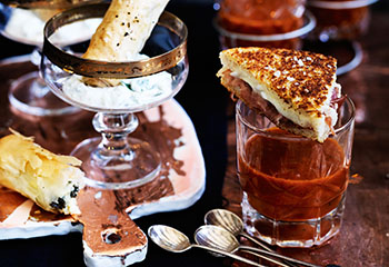 Tomatensuppe mit Mozzarella-Prosciutto-Toasts Foto: © Ben Dearnley