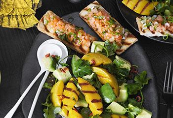 Avocado-Mango-Salat mit Kräuter-Limetten-Lachstatar-Toast Foto: © Janne Peters
