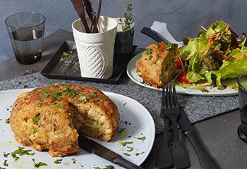 Riesen-Kaspressknödel mit Salat Foto: © Walter Cimbal
