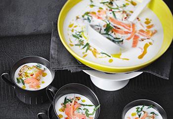 Karfiolsuppe mit Wildkräuterblüten-Lachs und Curryöl Foto: © Janne Peters