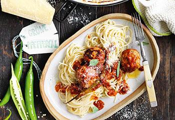 Pfefferoni-Fleischbällchen in Tomaten-Rotwein-Sauce mit Spaghetti Foto: © William Meppem