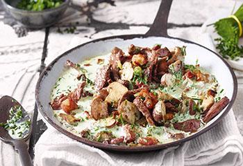Rinder-Geschnetzeltes mit Pilz-Obers-Sauce und Semmelknödel Foto: © Walter Cimbal