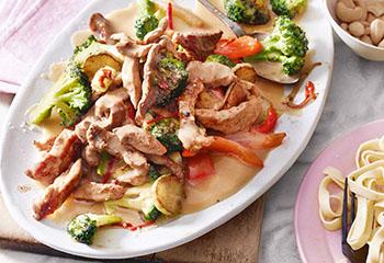 Schweins-Geschnetzeltes mit Brokkoli, Weinsauce und Cashewnüssen Foto: © Walter Cimbal