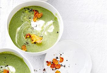 Brokkoli-Spinat-Suppe mit Karottenchips Foto: © Thorsten Suedfels