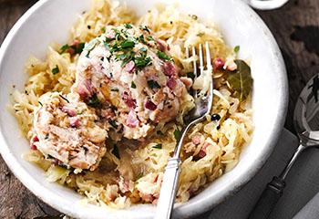 Speckknödel mit Sauerkraut Foto: © Janne Peters
