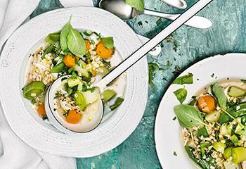 Hühner-Gemüse-Suppe mit Rollgerste und Kräutern Foto: © Wolfgang Schardt