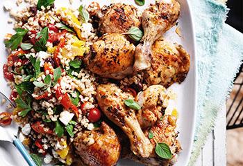 Hühnerkeulen mit Rollgerste-Feta-Salat Foto: © Ben Dearnley