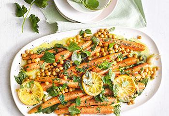 Karotten und Kichererbsen mit Zitronen und Kräuterpesto Foto: © Monika Schürle & Maria Grossmann