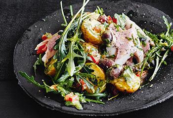 Rucola-Erdäpfel-Salat mit Forelle Foto: © Thorsten Suedfels