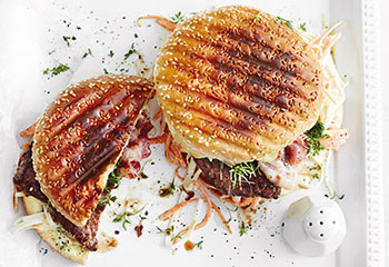 Burger mit Steak, Speck und Farmersalat Foto: © Thorsten Suedfels