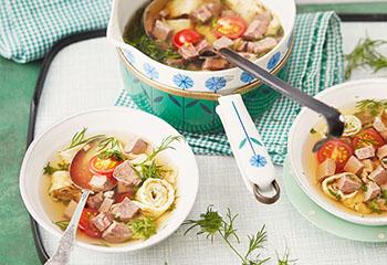 Rindsuppe vom Beinfleisch mit Kräuterfrittaten und Tomaten Foto: © Monika Schürle