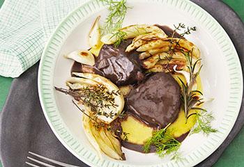 Meisel in Rotwein-Balsamico-Sauce mit Polenta und Fenchel Foto: © Monika Schürle