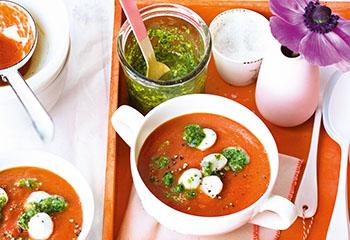 Tomaten-Knoblauch-Suppe mit Mozzarella und Petersilienpesto Foto: © Janne Peters