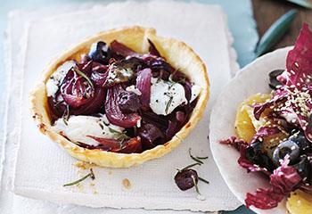 Oliven-Zwiebel-Tartelettes mit Radicchio-Orangen-Salat Foto: © Janne Peters