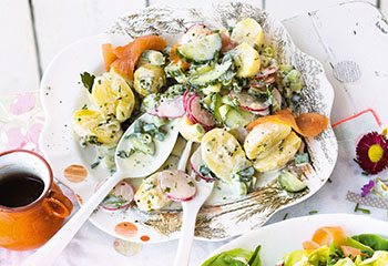 Erdäpfel-Radieschen-Salat mit Räucherlachs Foto: © Janne Peters