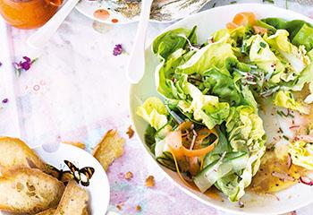 Frühlingssalat mit Brotchips Foto: © Janne Peters