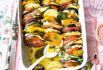 Buntes Ofengemüse mit Knoblauch und Petersilie Foto: © Janne Peters