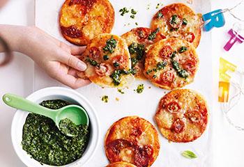Mini-Pizzen mit Basilikumpesto Foto: © Ben Dearnley