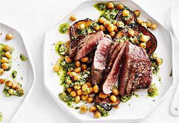 Hüferlsteak mit Melanzani, Kichererbsen und Minzpesto Foto: © Thorsten Suedfels