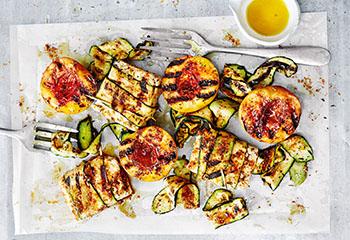 Fetapäckchen mit Fenchel-Rub, Zucchini und Pfirsich Foto: © Thorsten Suedfels