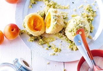 Marillenknödel mit Pistazienbröseln und Joghurtsauce Foto: © Janne Peters