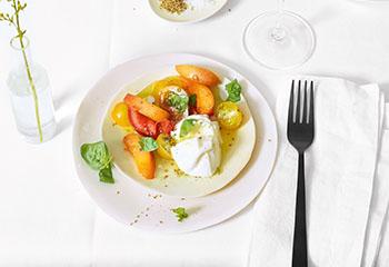 Büffelmozzarella mit Marillen und Tomaten Foto: © Walter Cimbal