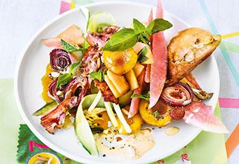 Melonen-Marillen-Salat mit Marillen-Aioli, Speck und Röstbrot Foto: © Wolfgang Schardt