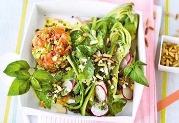 Zucchini-Batavia-Salat mit Radieschen, Lachs-Tatar und Eierdressing Foto: © Wolfgang Schardt