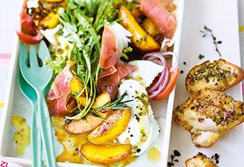 Nektarinen-Salat mit Mozzarella und Kräuterbaguette Foto: © Wolfgang Schardt