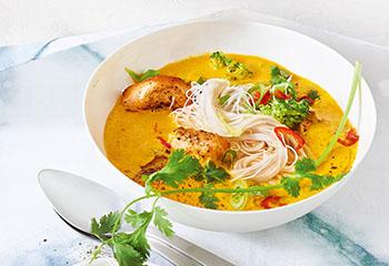 Currysuppe mit Reisnudeln und Lachs Foto: © Walter Cimbal