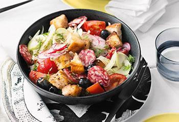 Brotsalat mit Tomaten, Fenchel, Radieschen und Salami Foto: © Wolfgang Schardt