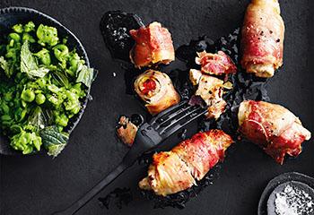 Schweinsschnitzel-Röllchen in Speck mit Erbsen-Minze-Stampf Foto: © Thorsten Suedfels