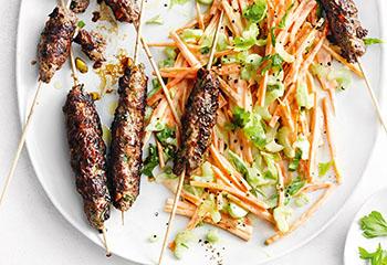 Faschiertes am Spieß mit Karottensalat Foto: © Thorsten Suedfels