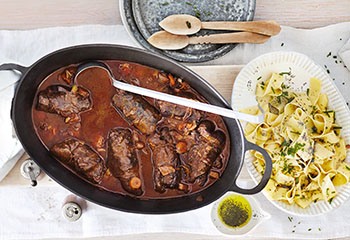 Rindsrouladen mit Bandnudeln in Mohnbutter Foto: © Janne Peters