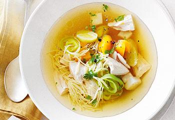 Hendlsuppe mit Nudeln und Gemüse Foto: © Janne Peters
